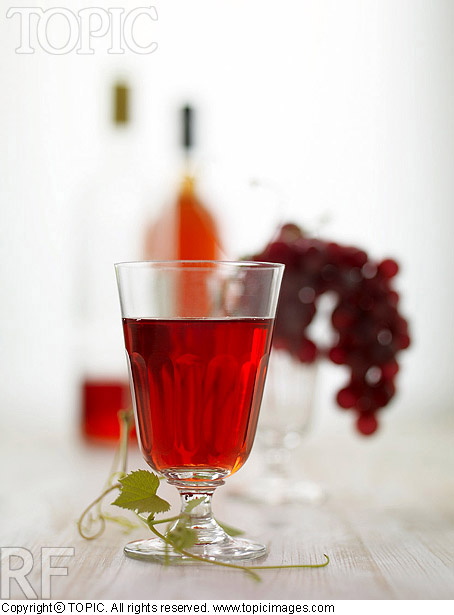 TOPIC Images A glass of red wine, red grapes and bottles of red wine AF-00910702 - 이미지상세보기 - Topic Images - 웹